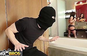 BANGBROS - Mummy Kendra Lust Takes Run For The Thief, Ryan Mclane