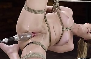Squirting babe fucked by paraphernalia