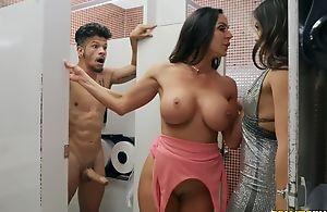 Bambino fucks two gung-ho dark-haired chicks in the toilet