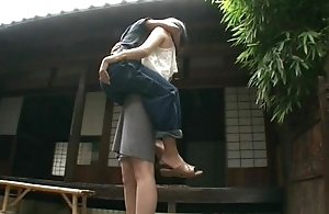 Tall babe lifts a tramp and makes out prevalent him